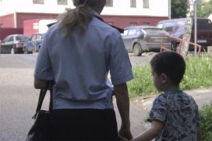 5-летнего Руслана, оставленного в квартире одного, Олесе пришлось забрать в отдел.