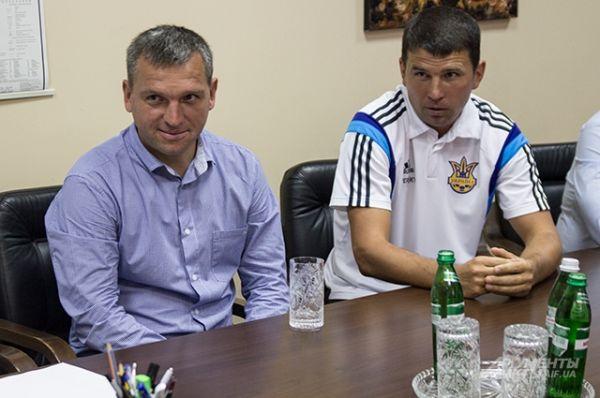 Справа от главного тренера сидит еще один тренер - Николай Костенко