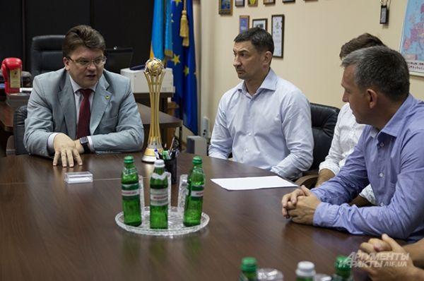 Справа главный тренер сборной Украины - Евгений Вареница