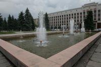 Территория вокруг учебных корпусов, в том числе парковки и фонтан, не принадлежат вузу.