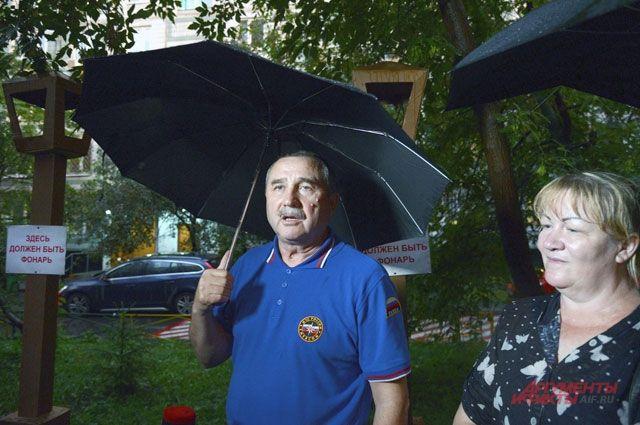 Небольшой дождик не остановил общественных активистов и не размочил их фонари.