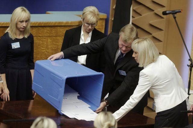 Члены избирательной комиссии открыли избирательные урны во втором туре президентских выборов в Эстонии в Таллине.
