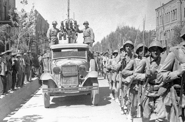 Советские войска вступают в город Тебриз.