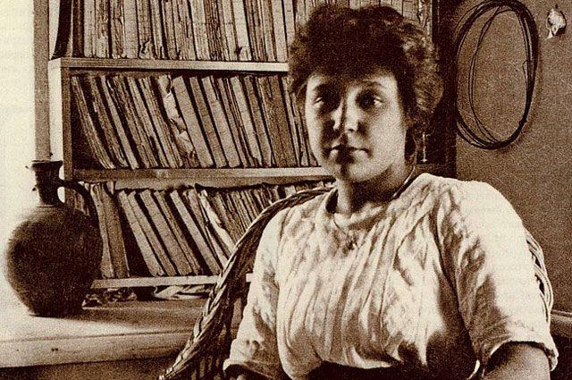 <br /> <br /> <br /> На фотографии Марине Цветаевой лишь 19 лет. На тот момент она опубликовала свой первый сборник стихов «Вечерний альбом».