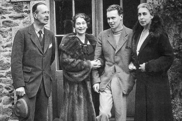 Владимир Кириллович с 1938 года являлся претендентом на российский престол и главой Российского Императорского Дома (на фото - мужчина справа).