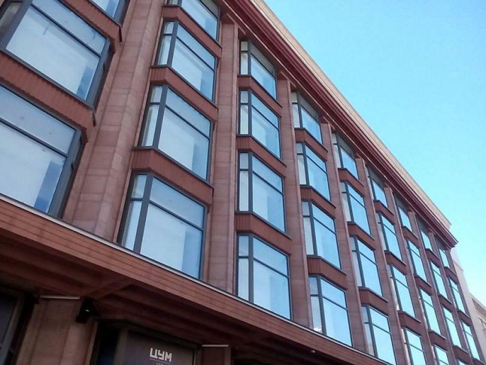В такой же форме сделаны и окна на этажах повыше