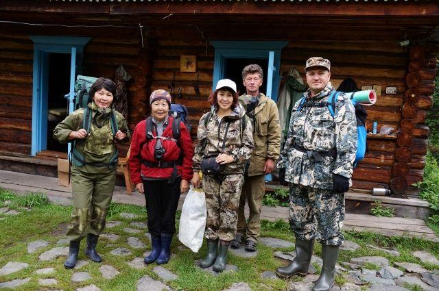 Группа журналистов с инструктором перед выходом в заповедник.
