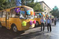 Двенадцать сельских школ получили новые автобусы