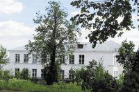 Издали школа выглядит крепкой, а изнутри её держат леса.
