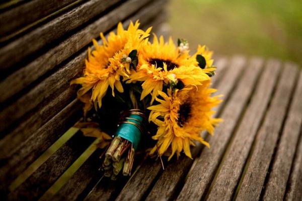 Осенний букет из подсолнухов, к примеру, создаст для учителя атмосферу начала учебного года с приходом первого сентябрьского дня