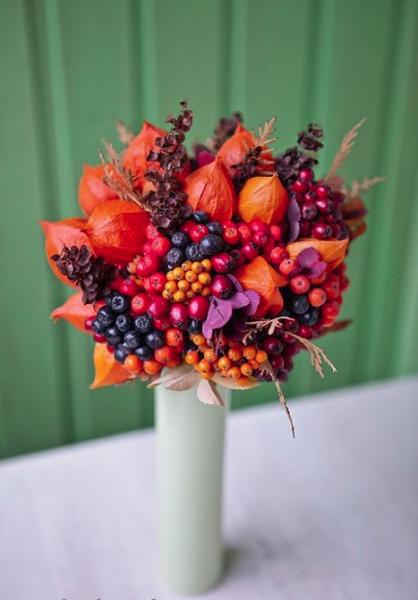 Можно сделать сочетание цветов с ягодами, фруктами и зерновыми колосками