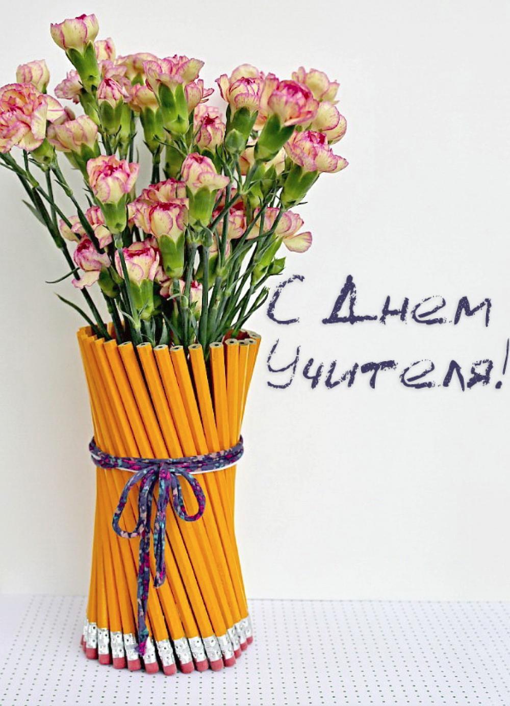 Не обязательно покупать дорогие цветы, можно просто сделать оригинальную упаковку