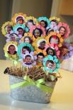 Можно сделать вот такой необычный вазон с фотографиями одноклассников, если, например, вы решили подарить его своему любимому классному руководителю