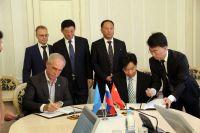 Подписи под соглашением ставят Сергей Морозов и Чжан Цзиньфу.