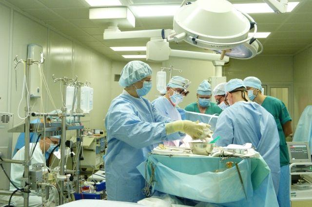 Операция имплантирования искусственного желудочка длилась более трёх часов.