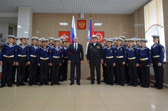 Владимир Путин поздравил нахимовцев Владивостока сДнём знаний