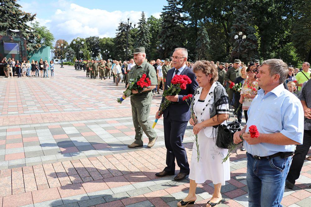 Присутствовали на этом трауре по погибшим также и командующий Национальной гвардии Украины, Юрий Аллеров, родители погибших и известные политики украинского парламента