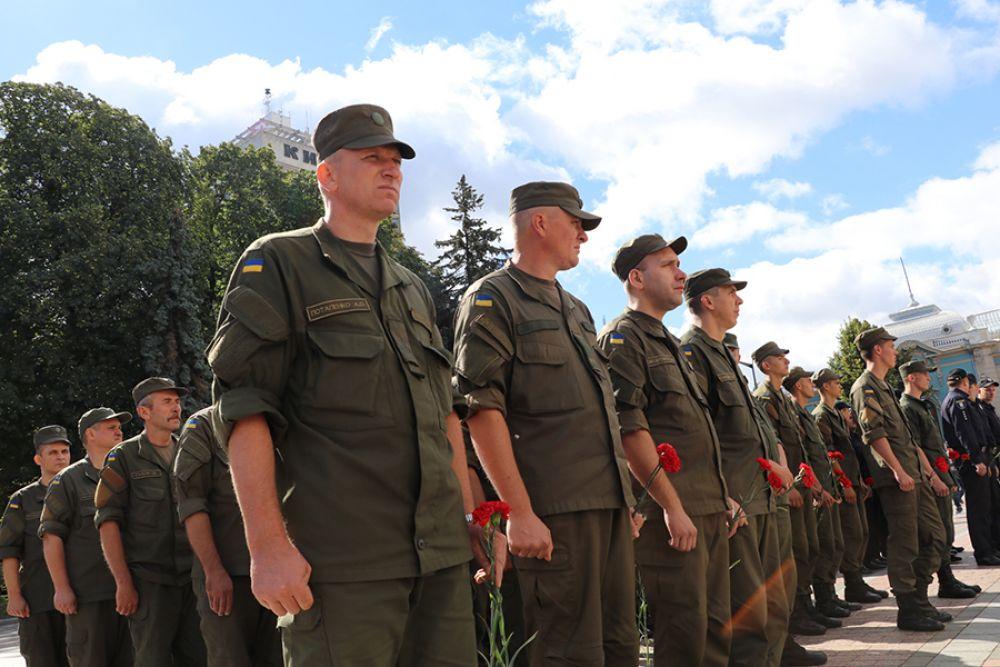 Почтить память о своих сослуживцах приехали также и сами нацгвардейцы, в том числе и из части 3027