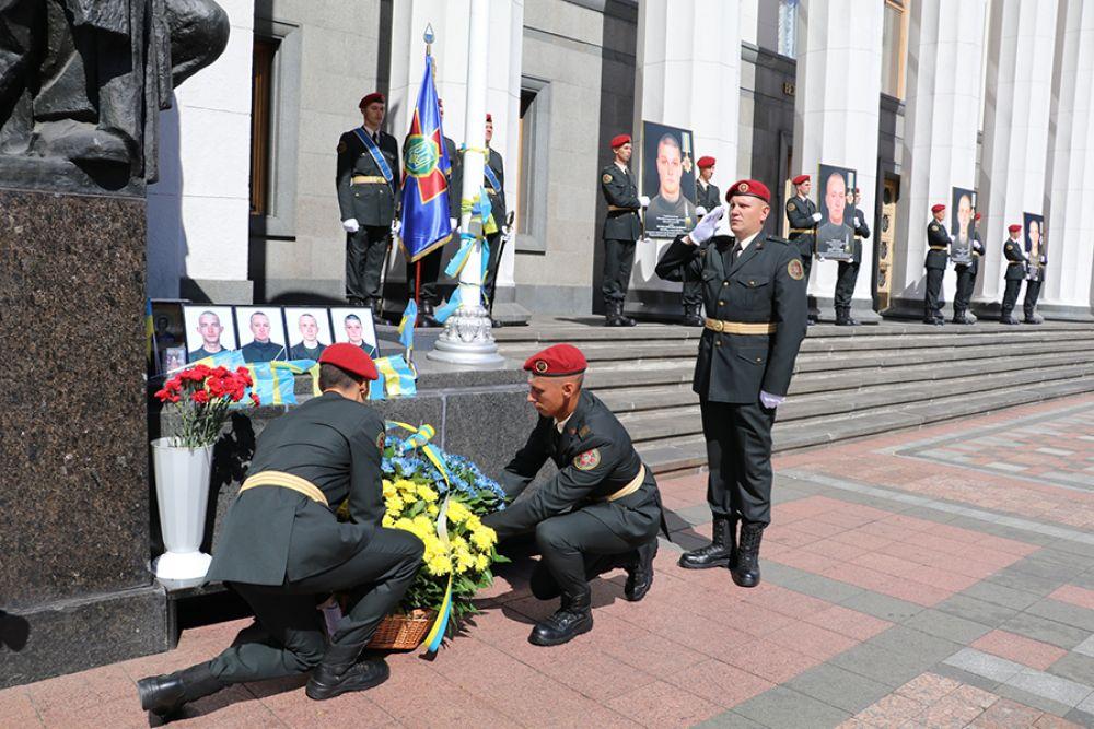Специальный батальйон «Почетный караул» тоже почтил память, а также после этого солдаты совершили траурный марш