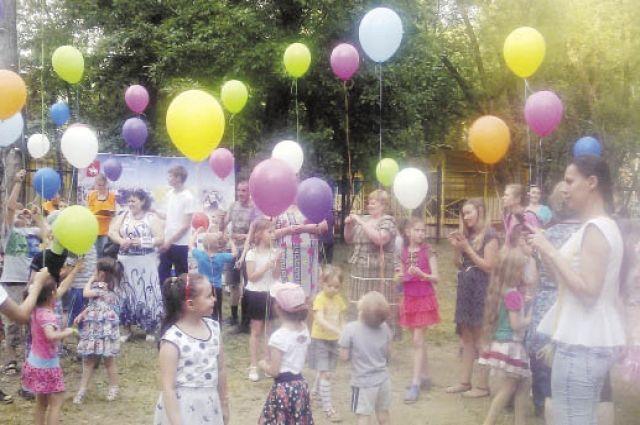Праздник во дворе - хорошая возможность для детей и взрослых всего дома провести вместе время.