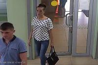 Подозреваемый и его девушка попали в объективы камер.