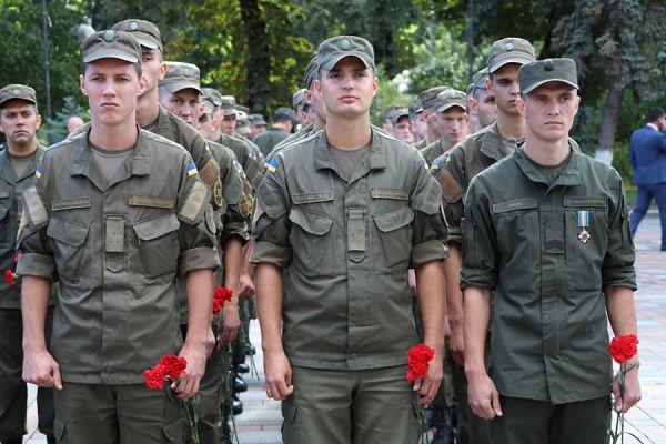 Солдаты держали в руках цветы, чтобы выразить свои соболезнования