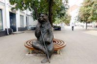 Ярославский медведь похож на своего собрата, сидящего на лавочке в Нижнем Новгороде.