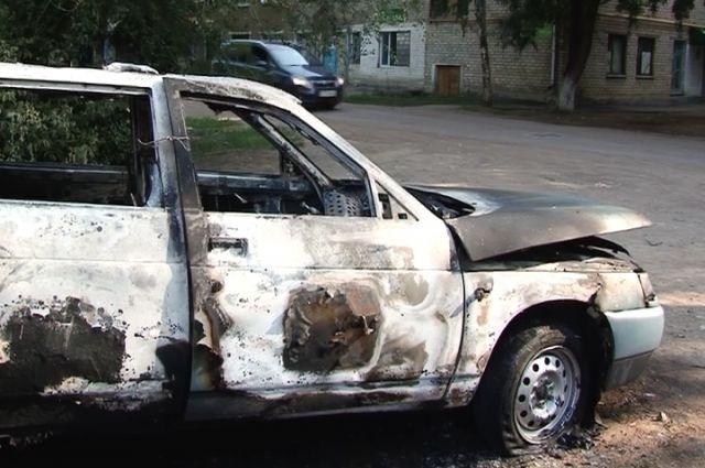 Поджигатели автомобиля вРославле сами вызвали полицию ипожарных