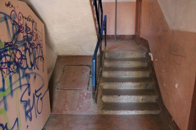 Четырёхлетний ребёнок упал вОмске влестничный пролёт между этажами