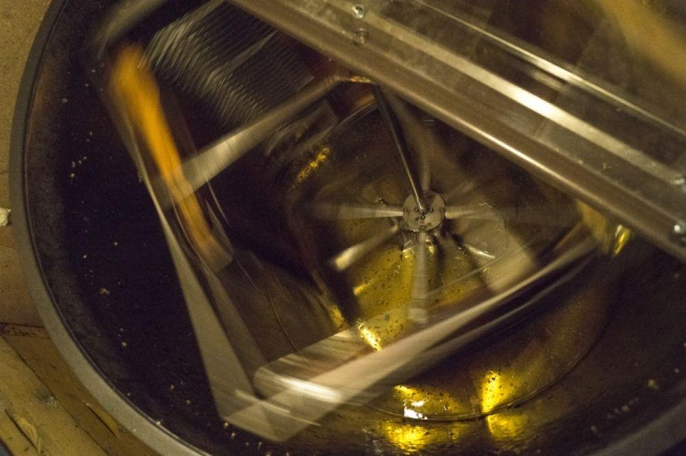 Медокачка работает, и ты слышишь благодатный звук, как капли мёда шлёпаются о металл.