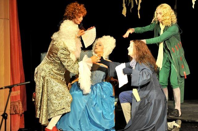 В спектакле сочетаются кукольное и драматическое искусство.