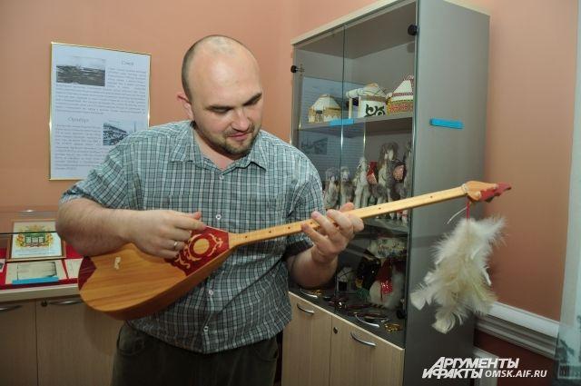 Национальный инструмент - домбра.