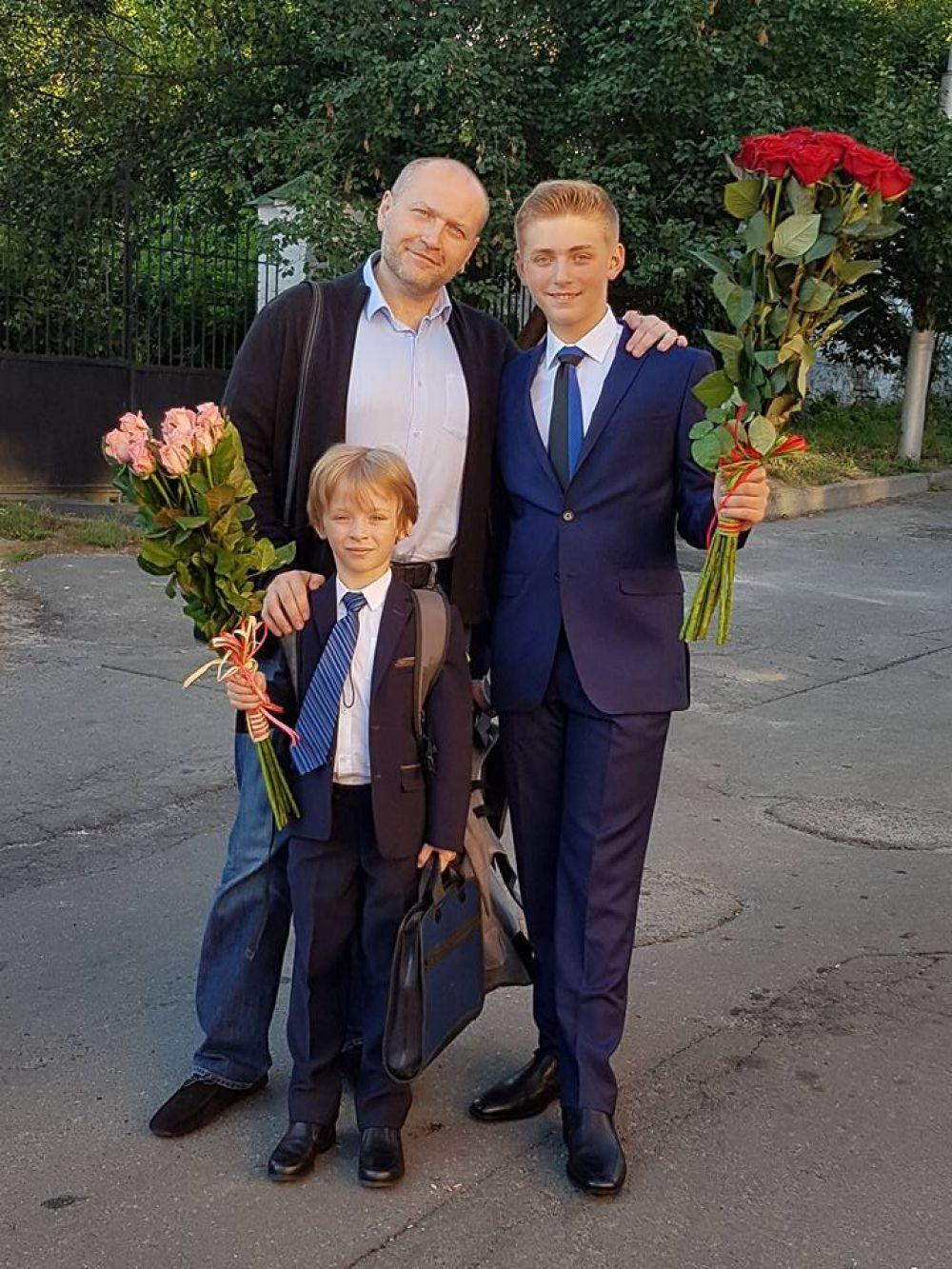 Народный депутат Юрий Береза провожает своих сыновей в школу