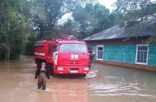 Последствия дождевого паводка ликвидируют более 2 тысяч человек и свыше 200 единиц техники.