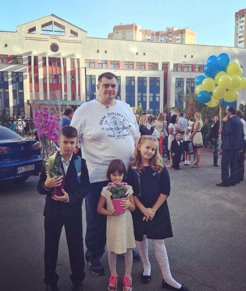 Изюминка «Квартала 95» Юрий Корявченков тоже поприсутствовал вместе со своими детьми на школьной линейке