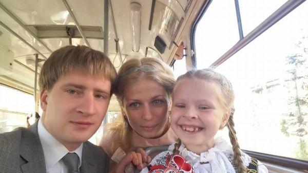 А это глава аппарата Киевской городской государственной администрации Владимир Бондаренко везет свою дочь в первый класс
