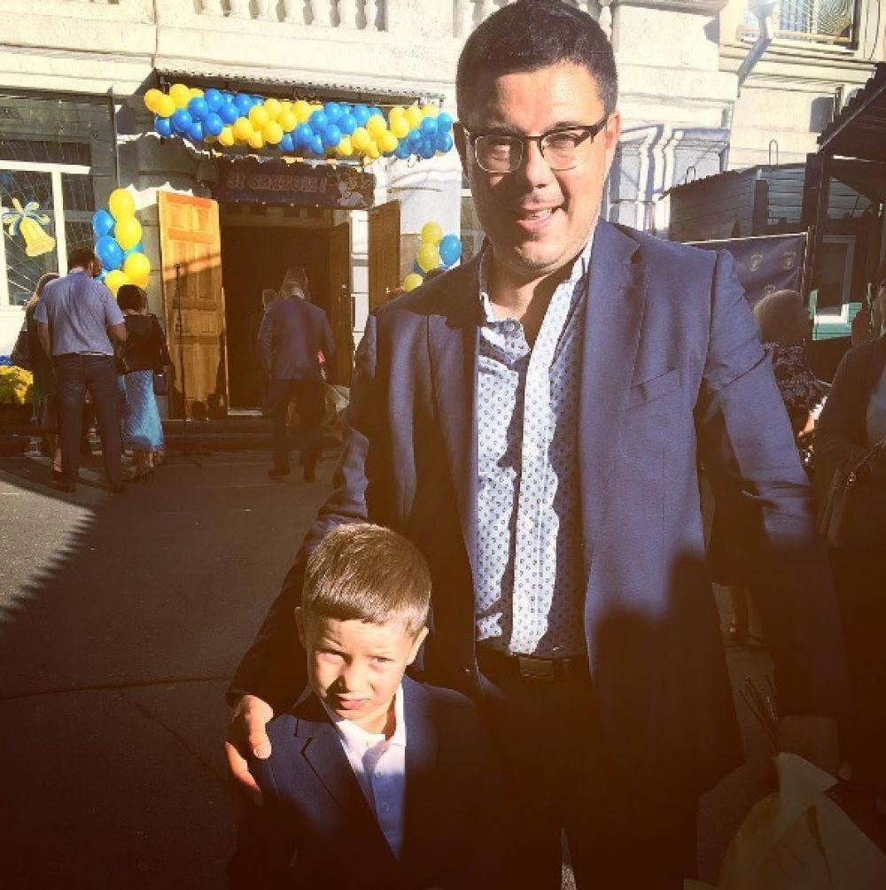 Известный политолог Тарас Березовец тоже был замечен на линейке, но чей ребенок стоял с ним рядом он не сказал. Секрет!