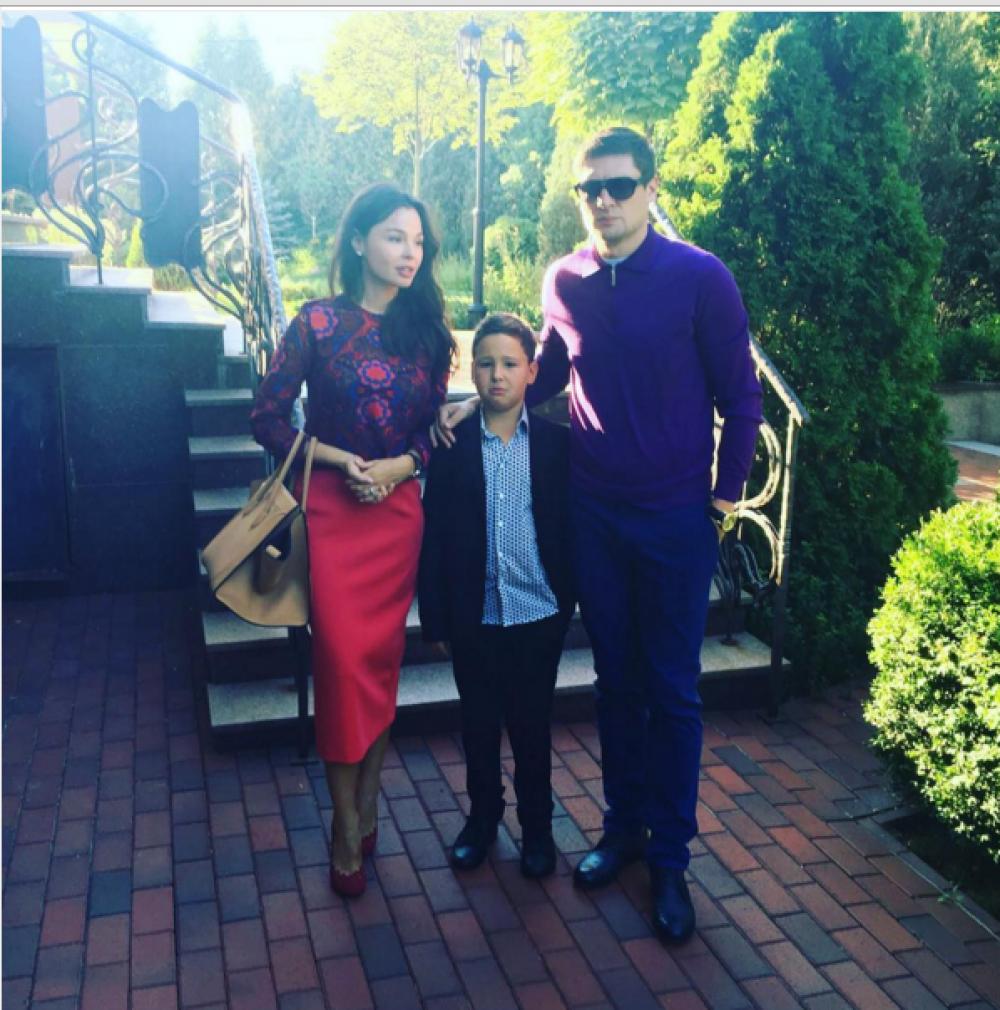 Известный футболист украинской сборной по футболу Евгений Селезнев ведут с женой своего сына, правда судя по лицу младшего Селезнева, он не слишком рад происходящему и возможно тоже хотел бы чтобы сегодня было 32 августа