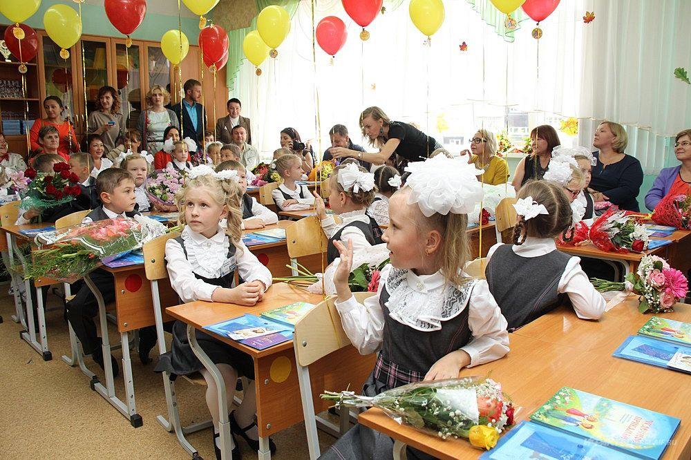 Оказавшись первый раз в школьном классе, дети с интересом смотрят по сторонам, разглядывая всё и всех вокруг.