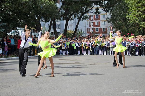 Первоклассников с Днём знаний поздравили танцевальные и хоровые коллективы, а старшеклассники провели весёлый блиц-опрос.