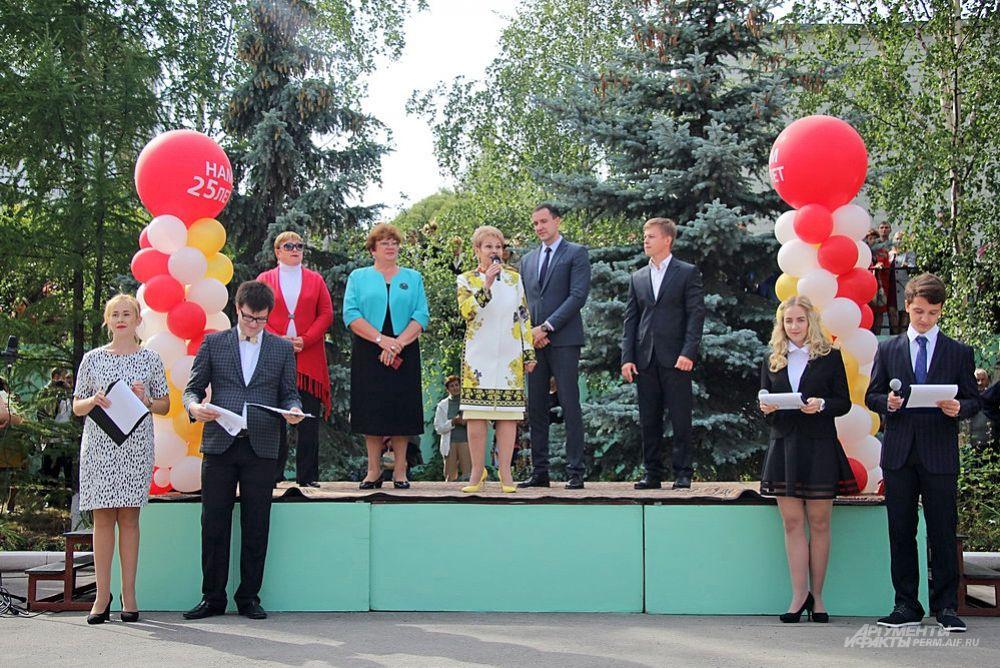 «Вот уже 25 лет мы открываем День знаний.  Дорогие родители спасибо за то, что вы привели в нашу большую семью своих детей», – сказала директор гимназии Людмила Суханова.
