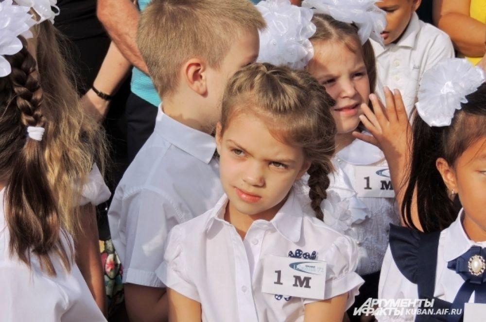 Девочка из первого «М». По своим классам ребята и будут учить алфавит.