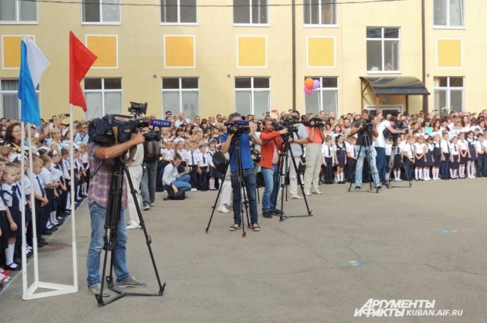 Линейка в самой густо населенной школе Краснодара пользовалась большим интересом у журналистов.