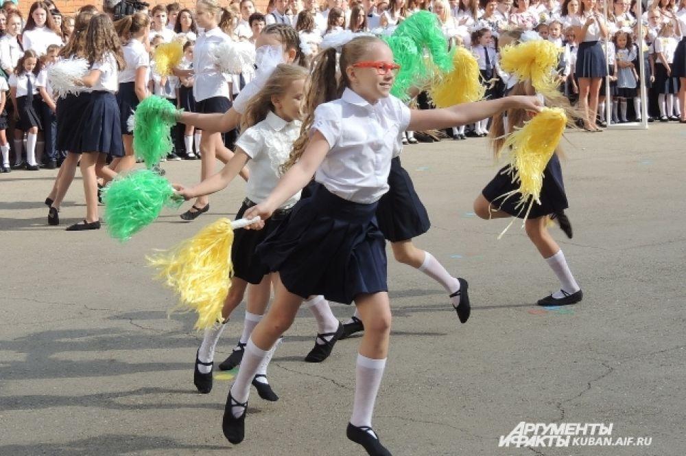 Концертные номера для ребят исполняли учащиеся той же школы.