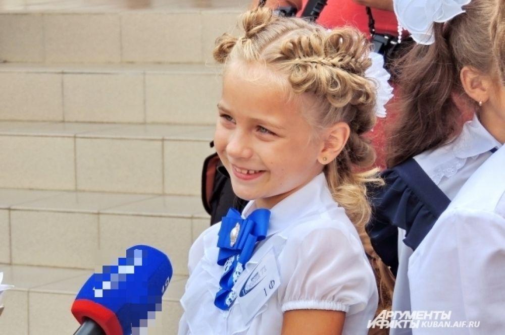 Девочка из класса 1 «Ф» дает свое первое интервью.