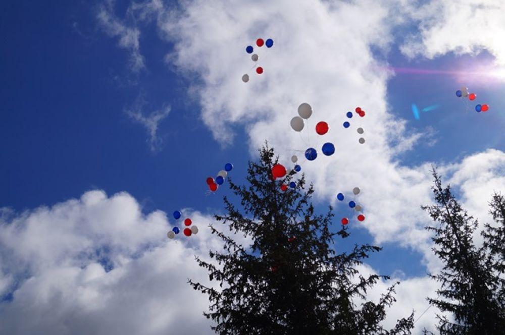 Торжественная линейка завершилась запуском в небо воздушных шаров цвета российского триколора