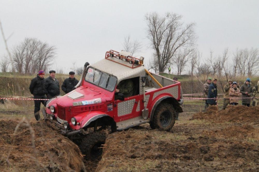 Соревнования внедорожников категории «Спорт». ГАЗ-69 преодолевает искусственный ров.