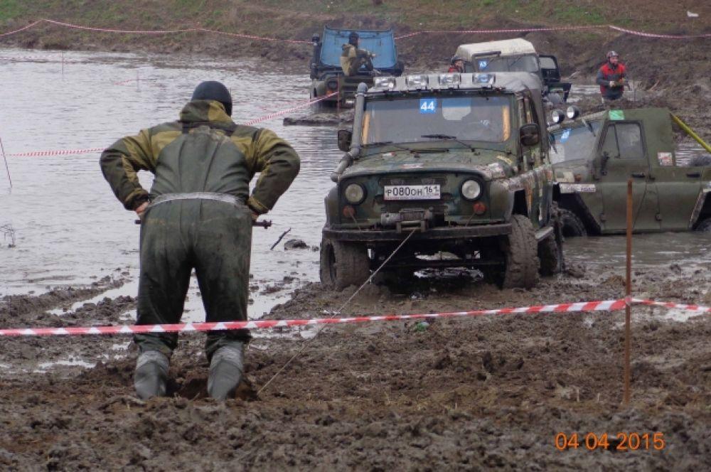 Штурман, с помощью якоря и лебедки, вытягивает машину из грязи.