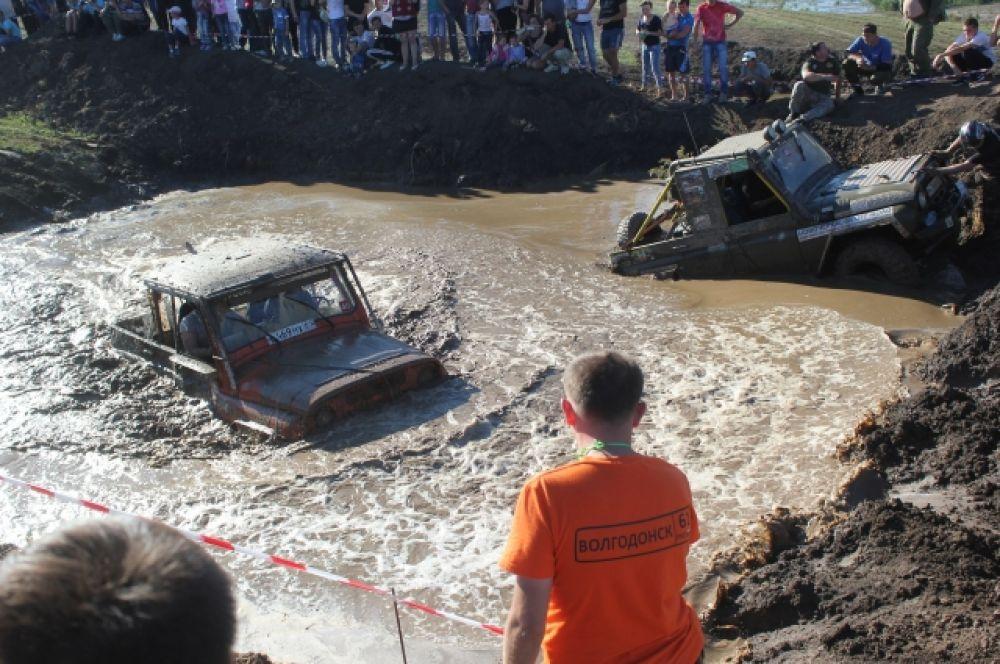 Ростовский экипаж «ОМОН» преодолевает яму на одном дыхании.