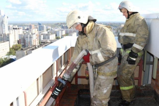 Вцентре Барнаула из-за сигареты загорелась 16-этажная новостройка
